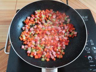 菠萝蛋炒饭,锅里放入少量油翻炒一下蔬菜丁和火腿肠丁