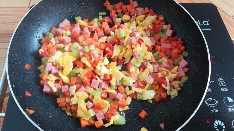 菠萝蛋炒饭,锅里加入鸡蛋块翻炒均匀