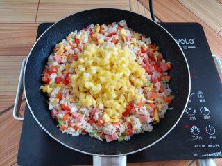 菠萝蛋炒饭,加入菠萝肉丁,菠萝不要炒太久,会出水