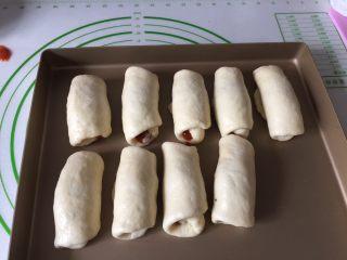 肉松小面包,全部包好收口朝下放在烤盘里进行二发,温度38度左右,可以在烤箱里发酵,烤网上放一碗温水保证湿度。