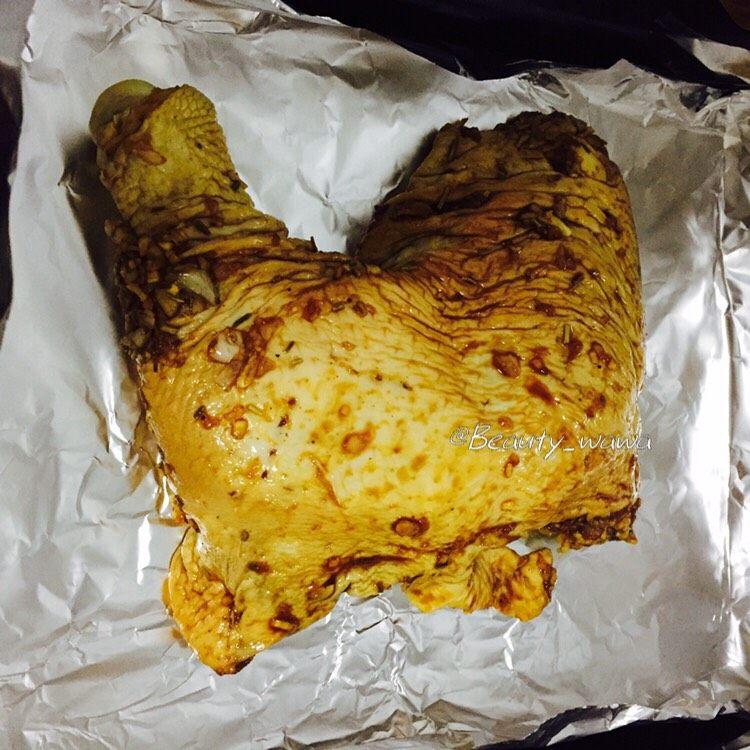 迷迭香蜂蜜柠檬烤鸡腿 娃娃健身餐,烤箱提前预热好,取出腌好的鸡腿放在锡纸上。
