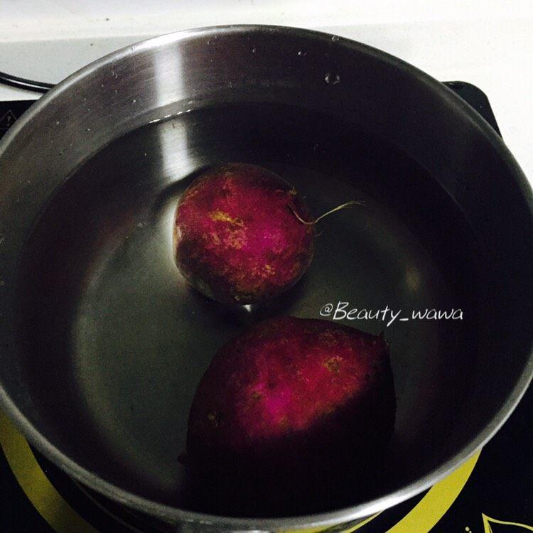迷迭香蜂蜜柠檬烤鸡腿 娃娃健身餐,烤鸡腿的同时准备两个<a style='color:red;display:inline-block;' href='/shicai/ 2643'>紫薯</a>,洗净,放水中煮熟,然后捞出晾凉