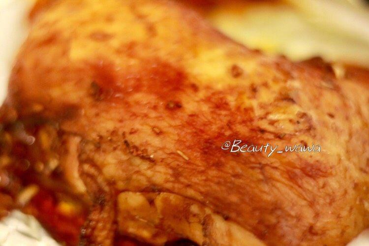 迷迭香蜂蜜柠檬烤鸡腿 娃娃健身餐,来一张烤好的鸡腿特写照,外焦里嫩、清淡少油,非常好吃😋