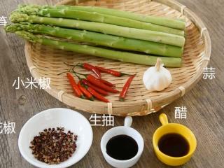 0厨艺轻松学会这道快手菜——泼油芦笋,芦笋、小米椒、蒜 花椒、生抽、醋、盐