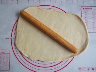 红糖核桃卷,发酵好的面团排气,擀成长方形
