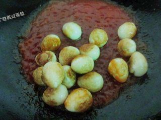 糖醋脆皮鹌鹑蛋,倒入炸好的虎皮鹌鹑蛋翻炒均匀,使每个鹌鹑蛋都均匀的裹满酱汁儿!