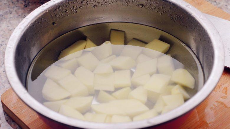 香菇土豆炖鸡块,3、浸泡去多余的淀粉。