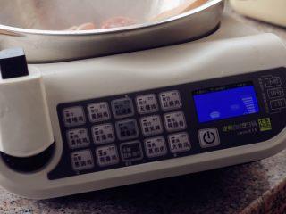 香菇土豆炖鸡块,9、火力适当的调小一点。