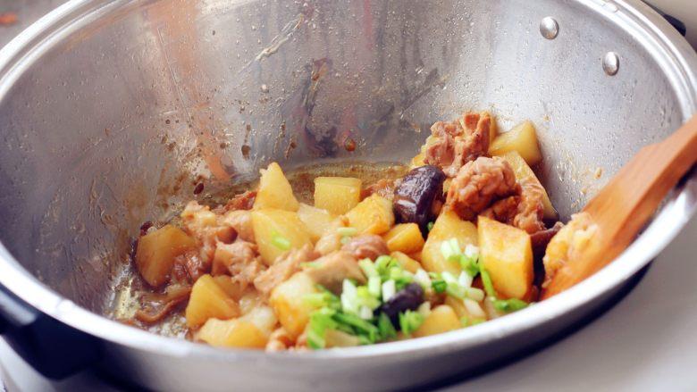 香菇土豆炖鸡块,14、程序结束后,香喷喷的香菇土豆炖鸡块就做好了。