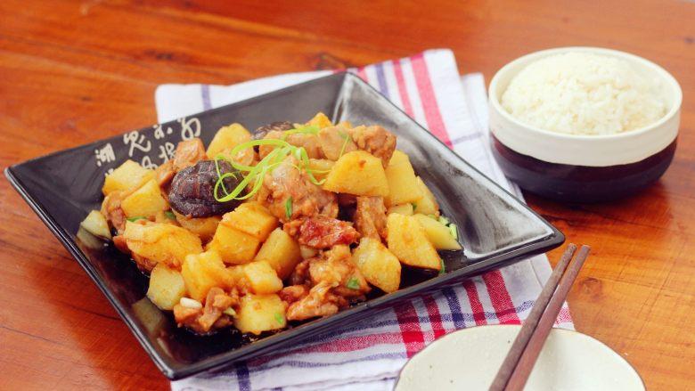 香菇土豆炖鸡块,15、装盘。