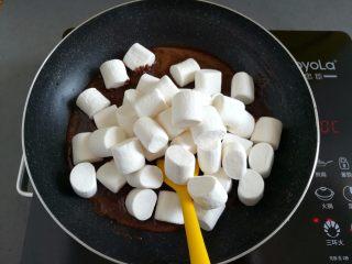 巧克力牛轧糖(耐烤巧克力版),倒入180克棉花糖,继续最小火加热