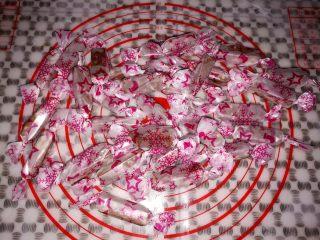 巧克力牛轧糖(耐烤巧克力版),用糖纸包把牛轧糖起来