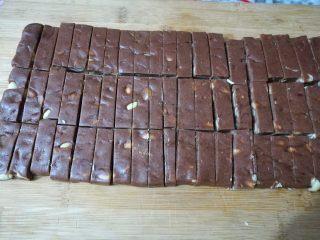 巧克力牛轧糖(耐烤巧克力版),放凉后切成小块