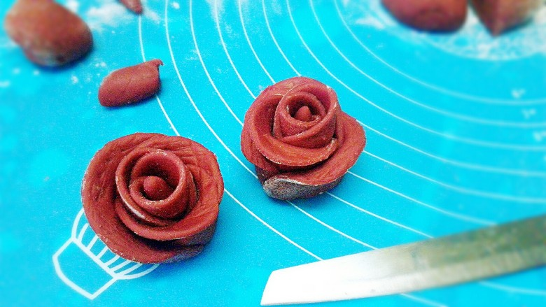 玫瑰花馒头,用刀在中间切开,变两朵花,花瓣稍微整形下,这个更形象。