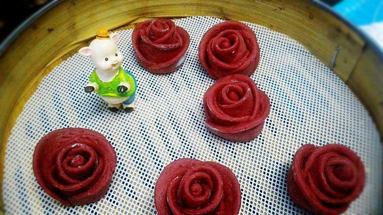 玫瑰花馒头,依次做好,放蒸笼里,盖上锅盖醒发十分钟。
