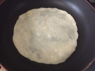 墨西哥薄脆饼配牛油果番茄莎莎,煎熟后翻面,煎好后取出备用