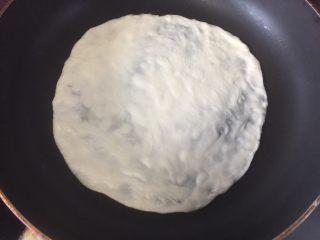 墨西哥薄脆饼配牛油果番茄莎莎,放入无油的平底锅里煎
