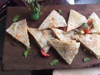 墨西哥薄脆饼配牛油果番茄莎莎,煎好后取出切块