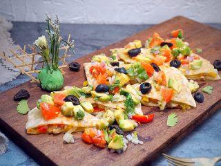 墨西哥薄脆饼配牛油果番茄莎莎,淋上调制好的番茄莎莎