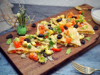 墨西哥薄脆饼配牛油果番茄莎莎,撒入切片的黑橄榄