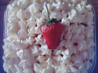 美美的草莓盒子蛋糕,奶油装入裱花袋,一层蛋糕,一层奶油,一层水果直至盒子装满,最上层用裱花嘴和草莓装饰
