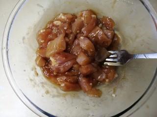 燕麦鸡胸肉蛋卷,鸡胸肉洗净,可以切条也可以切丁。 加1勺料酒 1勺蜂蜜 2勺生抽 1/4勺老抽 1/2勺蚝油  黑白胡椒各撒一点 1/6勺盐(盐可少加,因为老抽生抽蚝油都含有盐) 鸡胸肉可提前一晚上腌好,冷藏冰箱。
