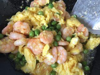 滑蛋虾仁,加入碗豆继续翻炒