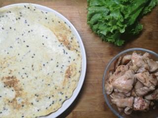 燕麦鸡胸肉蛋卷,生菜洗净,控水。