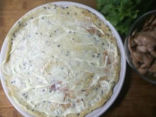 燕麦鸡胸肉蛋卷,先在饼上抹一层低脂沙拉酱,也可换成如希腊酸奶酱等其他低脂的酱