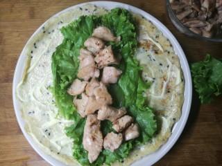 燕麦鸡胸肉蛋卷,再放生菜,鸡肉,最后用卷起来。