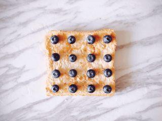 夏日百变花样吐司,每天都不重样,蓝莓吐司:花生酱+蓝莓