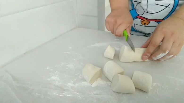 熊猫花样面食,白面团,切出大小两种剂子,大的做身体,小的做脑袋。
