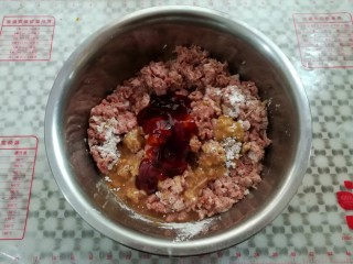 自制脆皮肠,除红曲粉外的调料全部放进肉沫里简单混合