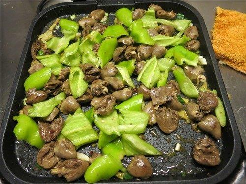 小小心鸡大味道---辣炒鸡心,最后将辣椒放入盖上盖