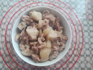 莲藕玉米猪脚汤,猪脚的肉捞出备用