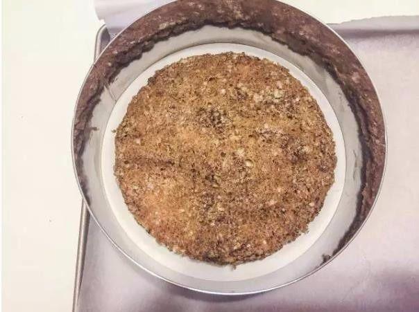 米其林私藏提拉米苏,把涂好咖啡糖浆的圆形手指饼干底放在慕斯圈底部。