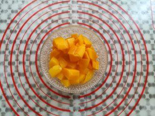 水果果冻(白凉粉版),黄桃和芒果切成小块的颗粒