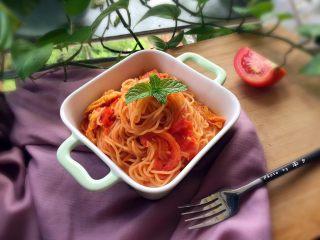 番茄鸡蛋意面,撒点葱花,这样一盘,色泽诱人,好吃的意面就可以了;