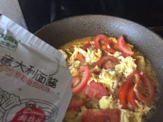番茄鸡蛋意面,把cook 100意面酱,倒入锅中;搅拌下;