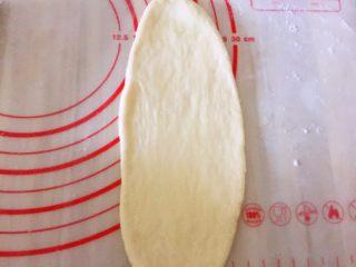 豆沙面包,擀成椭圆形