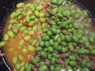 毛豆炒肉末,加入毛豆,一大勺水炒熟