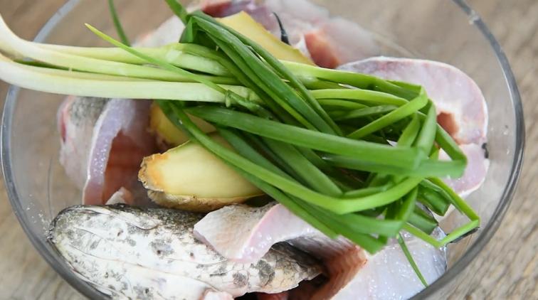 饭店绝对吃不到,这样做鱼肉超级美味下饭!,洗净后放入碗中倒入一勺料酒、少许盐、葱姜腌制15分钟