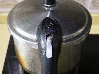 莲子百合银耳羹,盖好锅盖,大火煮开,待高压锅上汽后,转中小火继续煮15分钟关火