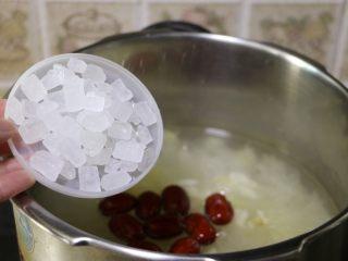 莲子百合银耳羹, 加入适量冰糖调味