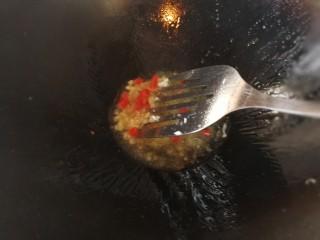 绿色美食+鸡毛菜脆皮豆腐炒毛豆,放入切碎的蒜蓉