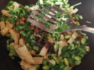 绿色美食+鸡毛菜脆皮豆腐炒毛豆,加入胡椒