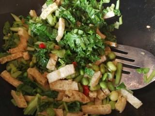 绿色美食+鸡毛菜脆皮豆腐炒毛豆,倒入挤去水分的的鸡毛菜炒均匀