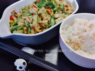绿色美食+鸡毛菜脆皮豆腐炒毛豆,一个人,一盘菜,一碗饭,足矣。