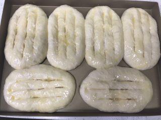 香葱培根芝士面包(咸香味),刷蛋液,此时预热烤箱上下火200度