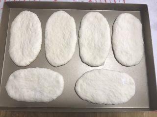 香葱培根芝士面包(咸香味),放入烤箱二次发酵。温度38度,烤箱内放一碗温水,保证湿度环境。